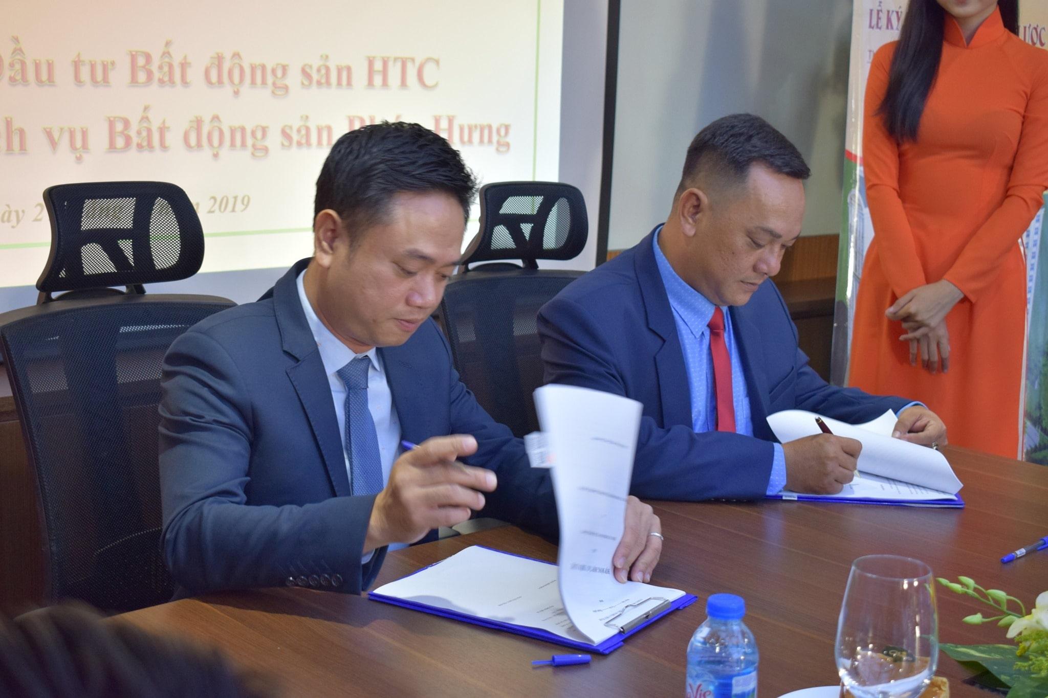 Đại diện HTC Group ký kết hợp tác với Đại diện Phúc Hưng Group