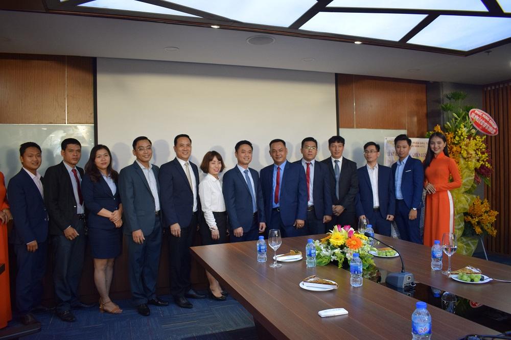 Phúc Hưng Group chụp hình lưu niệm với HTC Group