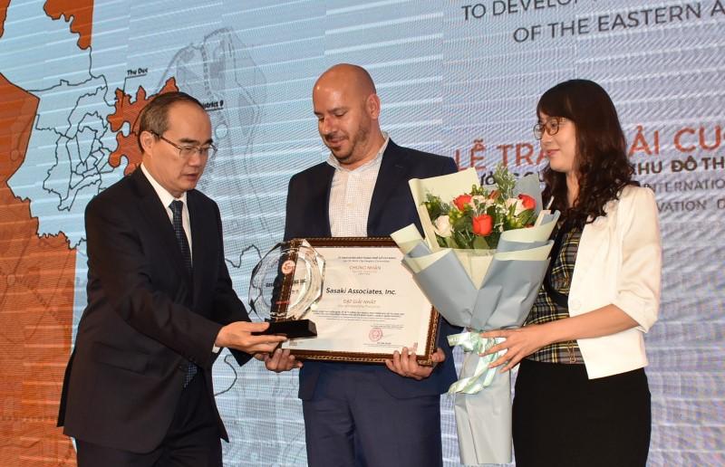 Bí thư Thành ủy TP.HCM trao giải nhất cho đội Sasaki Encity