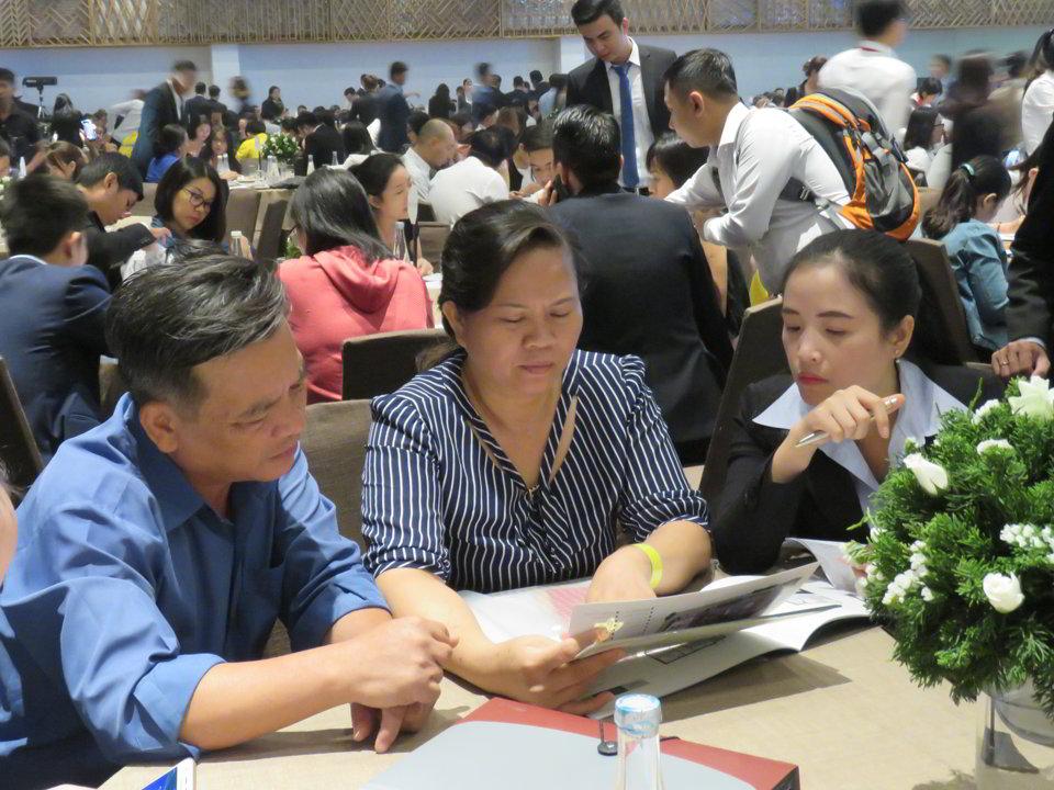 Chuyên viên của Phúc Hưng Group tư vấn cho khách hàng về hồ sơ pháp lý khi mua căn hộ La Cosmo Residences