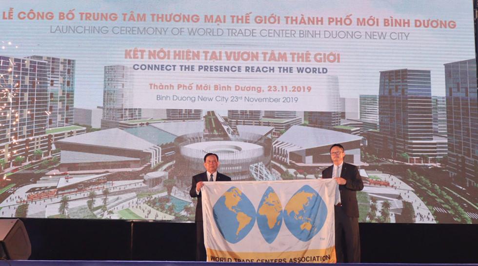Trao cờ công nhận WTC BDNC là thành viên Hiệp hội Trung tâm Thương mại Thế giới