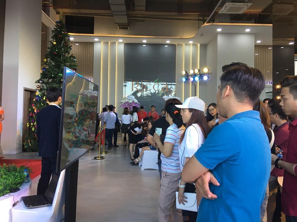 Khách hàng chọn lựa căn hộ tại sự kiện nhà mẫu Ricca