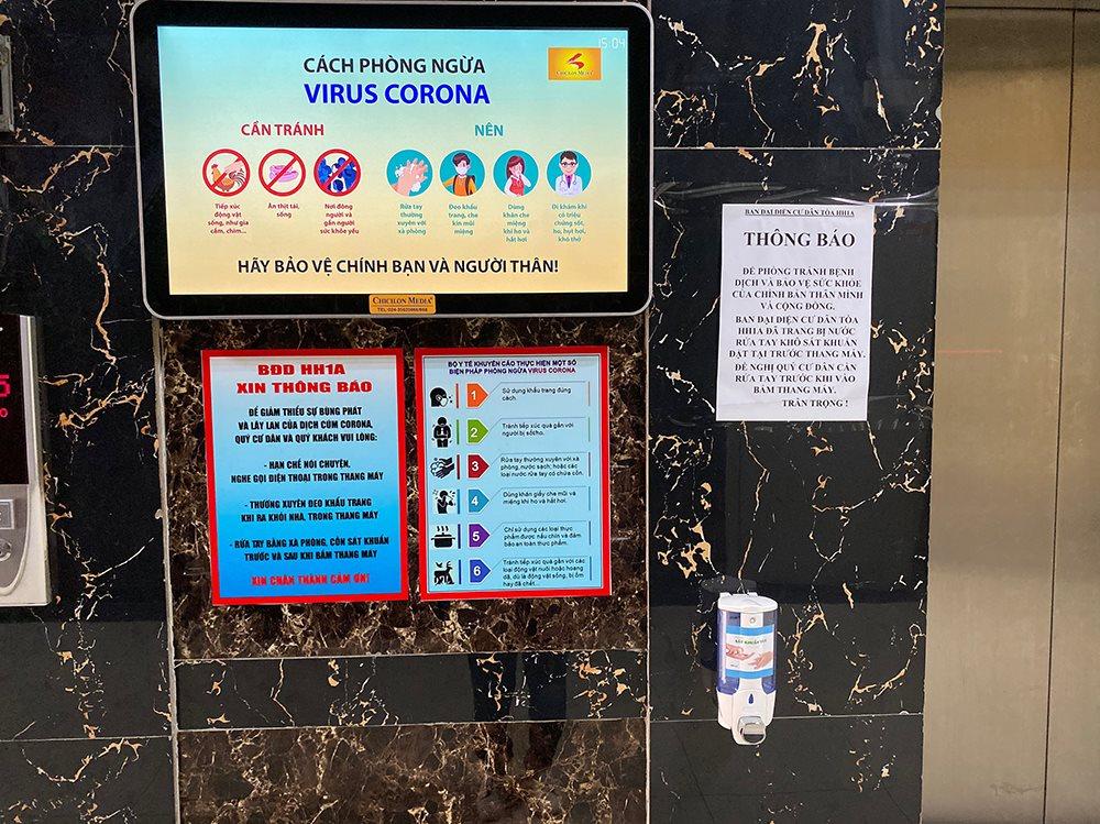 Một chung cư ở TP.HCM dán các thông báo và đặt nước sát khuẩn ở cửa thang máy